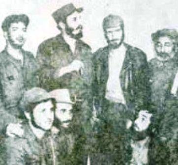 La primer vez que Fidel Castro se reunió cuando en La Habana con el II Frente del Escambray (8 de Enero de 1958). De pie a  partir de la izquierda: el Dr. Armando Fleites, Fidel Castro, Eloy Gutiérrez  Menoyo, y Aurelio Nazario Sargen. Agachados: Roger Rodríguez, Genaro Arroyo y Miguel García.