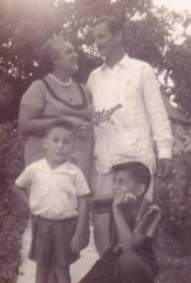 CAMAJUANI PISCINA CLUB Mis padres, mi hermano y yo  Amado Hernández Padrón y Ofelia Valdés Ríos con sus hijos Juan Alberto y Félix José en Camajuaní, Cuba, 1958.