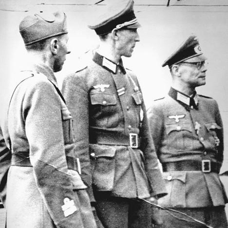 Waldheim, al centro,  sirvió como oficial del ejército alemán durante la Segunda Guerra Mundial. En 1945, se rindió a las fuerzas británicas en Carintia. Acusado al término de la guerra de crímenes nazis, nunca fue condenado.