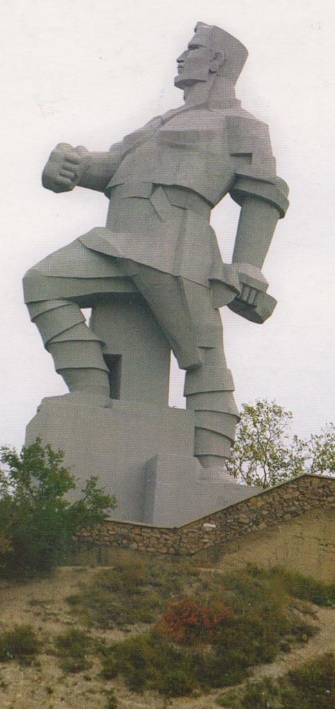 """Monumento a Artiom. Feodor Sergeyev Andreyevich,  fue amigo cercano de Sergei Kirov y Joseph Stalin; murió en un accidente el 24 de julio de 1921,  cuando probaba, junto a otros compañeros, el funcionamiento del llamado aerovagón; autovía experimental de alta velocidad propulsado por una hélice que debería cubrir la ruta entre  Moscú y minas de carbón de Tula. A pesar de de haber llegado con éxito a Tula, durante su regreso a Moscú el aerovagón se descarriló; muriendo en el accidente  6, entre ellos Artiom, de los 22 viajeros a bordo. Texto Carlos M. Estefanía, foto: O. Zajarova """"Fotomig"""""""