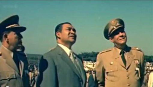 Batista, Fulgencio admira su estatua Columbia.jpg Batista admira su estatua junto al jefe del Estado Mayor  de las Fuerzas Armadas Francisco Tabernilla-Dolz