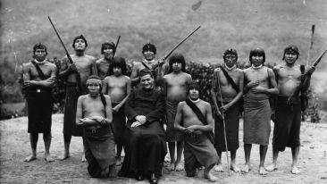 Fotógrafo anónimo. Retrato de misionero con indígenas shuar. ©Instituto Nacional de Patrimonio Cultural