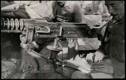 Imagen de soldado con metralleta escribiendo. Cultura en los Frentes durante la Guerra Civil. 1936-1939 (1)